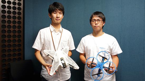 Az ROK csapat tagjai, Yuki Ogasawara (balra) és Ryo Kumeda (jobbra) jobb oldalon látható kék drónja megnyerte a beltéri repülő robotok országos versenyét. A kép az ROK csapat tulajdona.